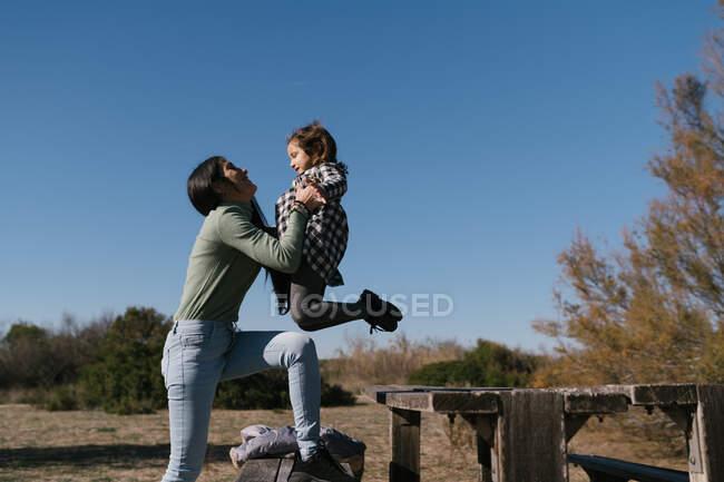 Madre baciare e abbracciare figlia — Foto stock