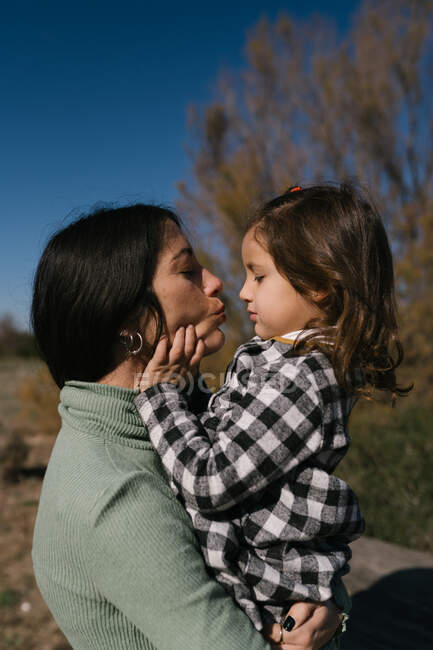 Mère embrasser et embrasser fille — Photo de stock