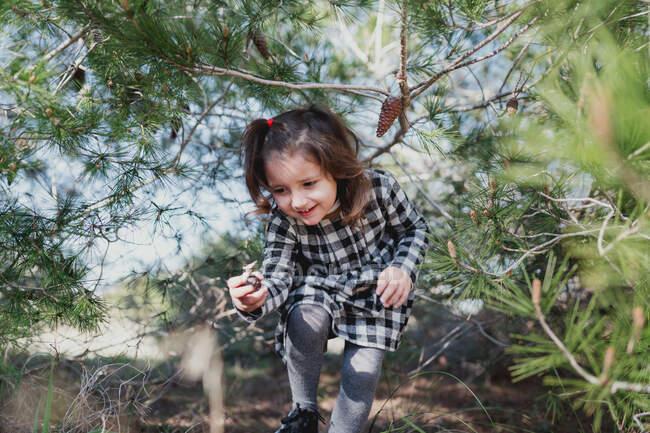 Ethnique fille jouer dans campagne — Photo de stock