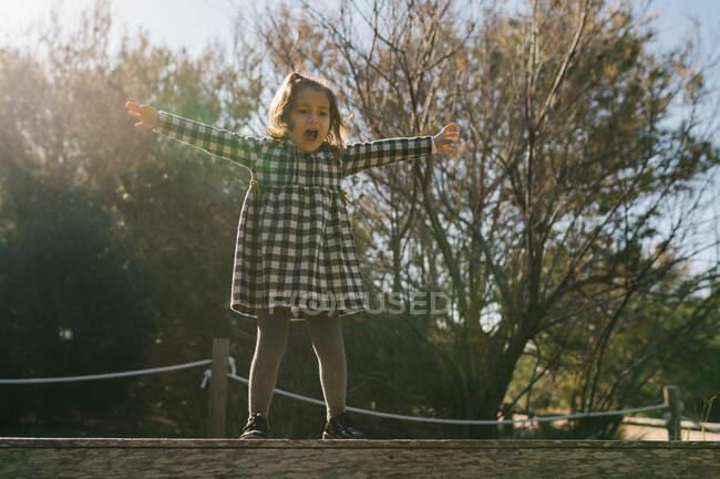 Грайлива дівчина стрибає на землю. — стокове фото