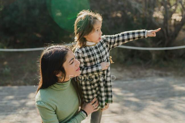 Madre e figlia si divertono sulla natura — Foto stock