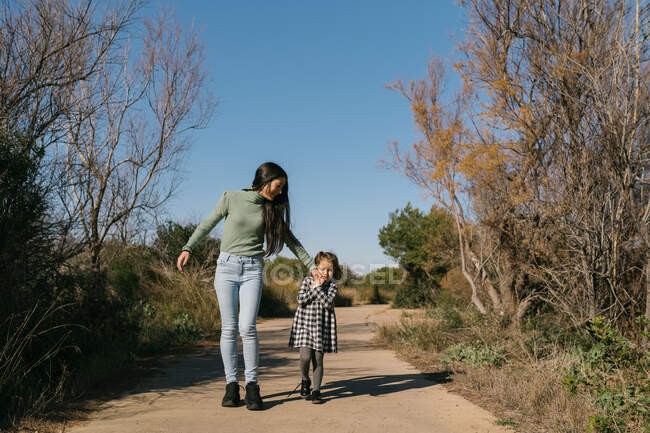 Mother walking with daughter in countryside — Stock Photo