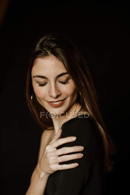 Sensuale splendida donna in abito scuro con gli occhi chiusi — Foto stock