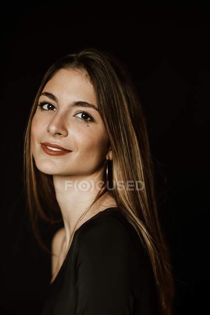 Sensuale splendida donna in abito scuro guardando la fotocamera — Foto stock