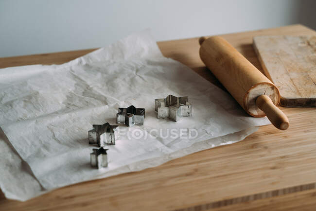 Wooden kitchen tools and cookies on table — Stock Photo