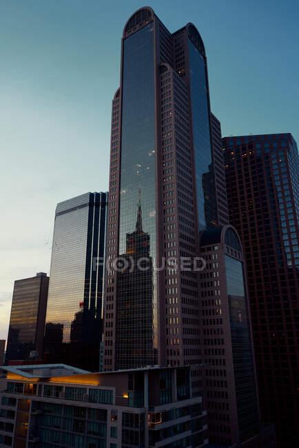 Dal basso grattacieli moderni con cielo blu sullo sfondo al tramonto a Dallas, Texas Stati Uniti — Foto stock