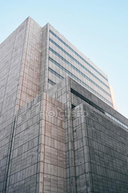 Dal basso edificio moderno con architettura creativa sotto il cielo blu sullo sfondo a Dallas, Texas — Foto stock