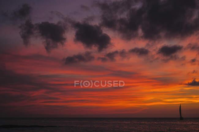 Paysage à couper le souffle d'un vaste océan sous un ciel lumineux et coloré au coucher du soleil — Photo de stock