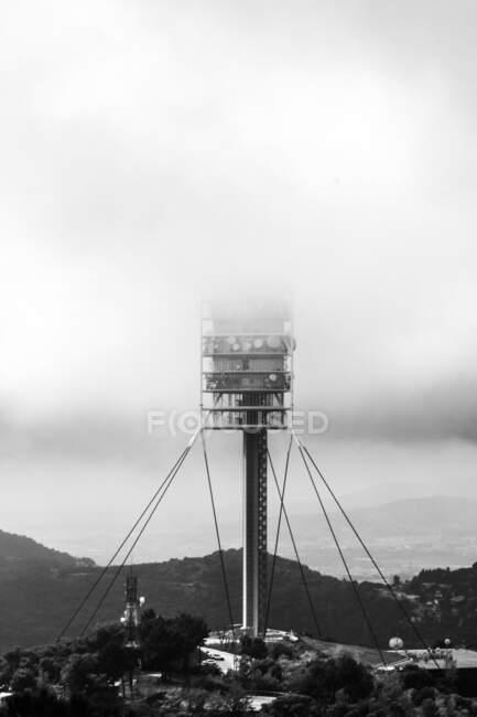 Paisaje de la torre de TV Torre de Collserola con niebla en Barcelona en día nublado - foto de stock