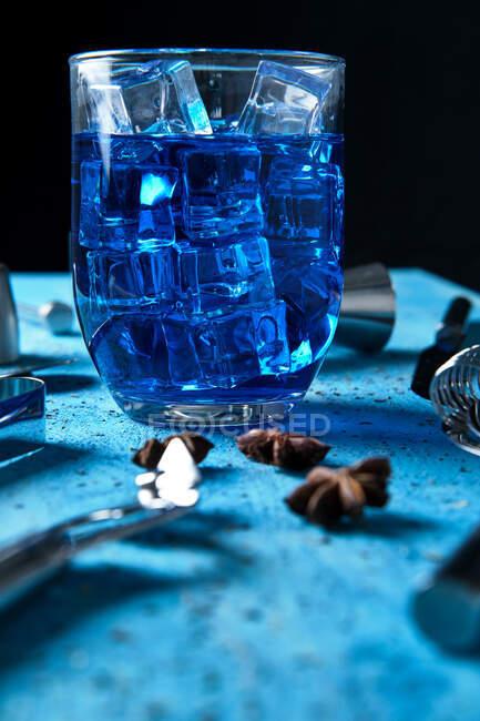 Bebida azul e ferramentas de barman na mesa — Fotografia de Stock