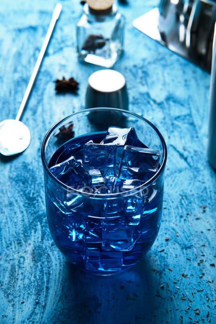 Outils pour boissons bleues et barmaid sur la table — Photo de stock