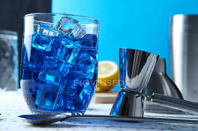 Deliciosa bebida azul com gelo em vidro — Fotografia de Stock