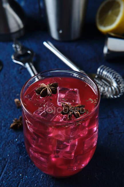 Смачний червоний коктейль і бармен інструменти на столі — стокове фото