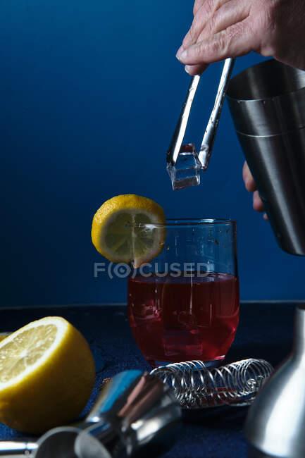 Нерозпізнаний бармен готує коктейль на столі. — стокове фото