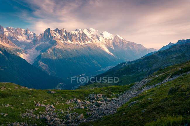 Montagne innevate nella giornata nuvolosa — Foto stock