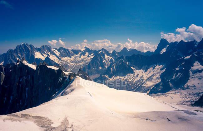 Leerer Raum auf dem Gipfel der weißen schneebedeckten Berge in Chamonix, Mont-Blanc — Stockfoto