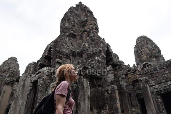 Tourist enjoying ancient ruins — Stock Photo