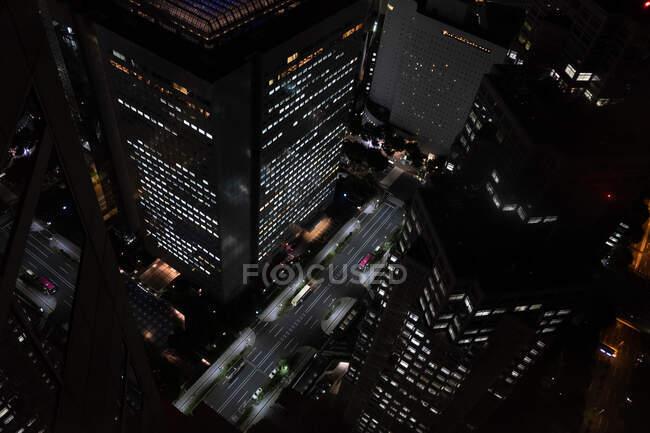 Dall'alto vista pittoresca di grattacieli illuminati e strade del centro in Giappone — Foto stock