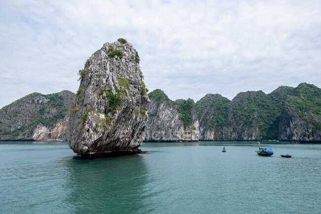 Paesaggio magico di roccia solitudine e barche nel mezzo della baia di Halong in Vietnam — Foto stock