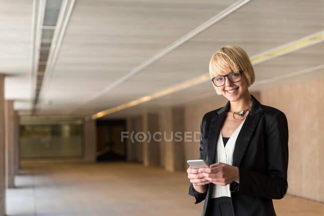 Стильная деловая женщина просматривает смартфон — стоковое фото