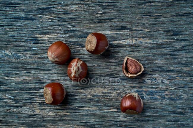Коричневые спелые орехи на столе — стоковое фото