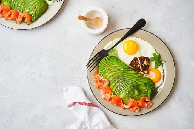 Petit déjeuner sain avec œufs frits et avocat — Photo de stock
