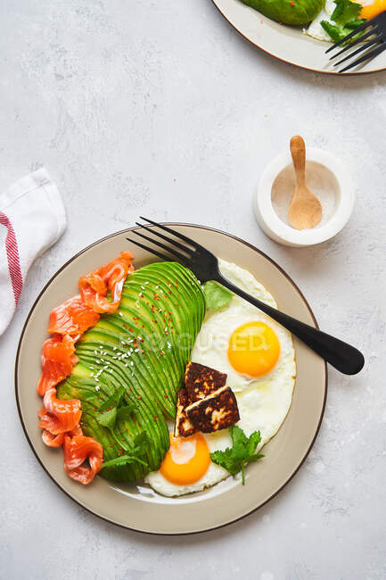 Healthy breakfast with fried eggs and avocado — Stock Photo