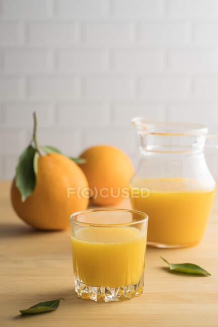 Suco de laranja em vidro na mesa — Fotografia de Stock