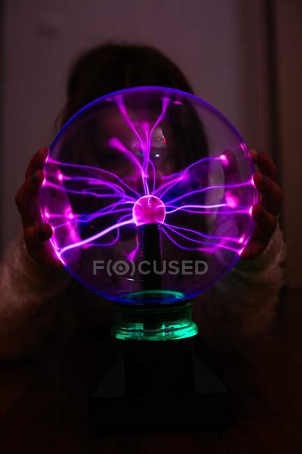 Light streams of light in luminous ball in dark — Stock Photo