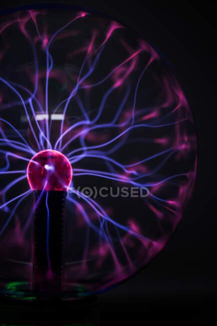 Flujos de luz de luz en bola luminosa en oscuridad - foto de stock