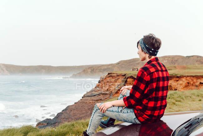 Adolescente donna in abbigliamento casual al mare solitario — Foto stock