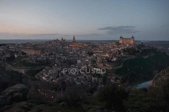 Старе місто через річку в час заходу сонця. — стокове фото