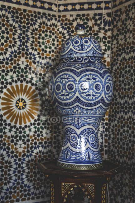 Edifício típico e detalhes da arquitetura árabe. Portas, janelas, mosaicos, artesanato — Fotografia de Stock
