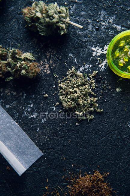 Les boutons de marijuana et la cigarette pour la fabrication d'articulations — Photo de stock