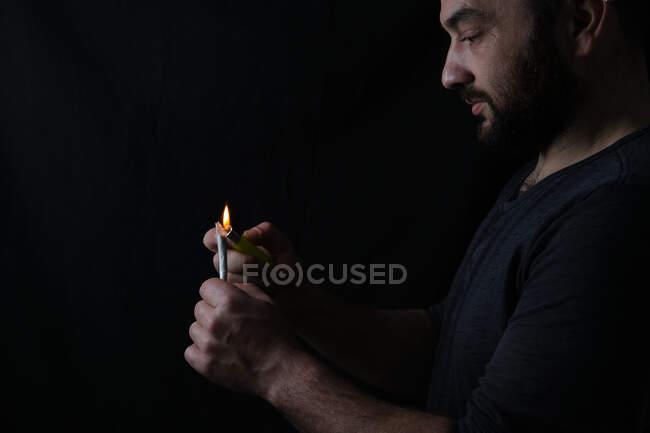 Hombre adulto fumando marihuana conjunta - foto de stock