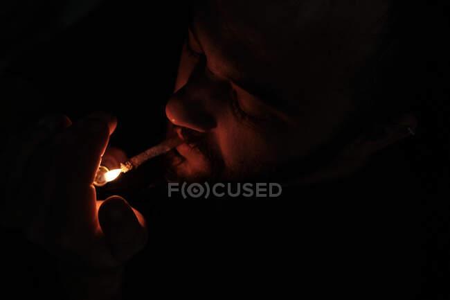Erwachsener Mann raucht Cannabis-Joint — Stockfoto