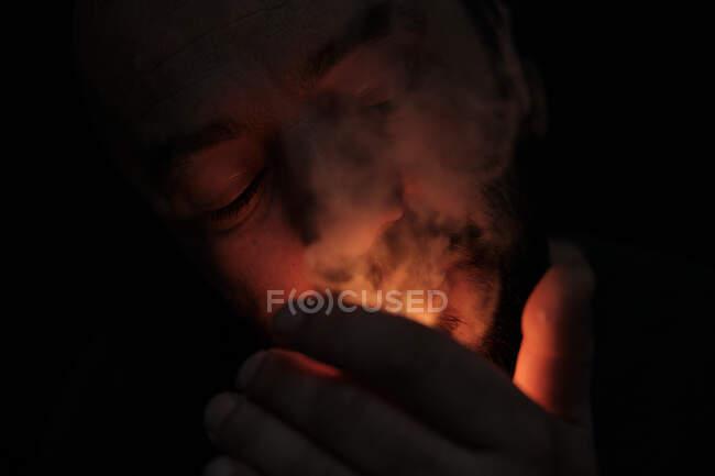 Homme adulte fumant joint de cannabis — Photo de stock