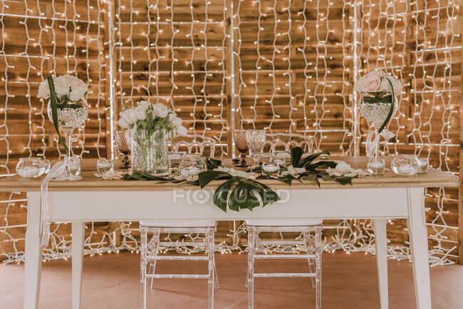 Елегантний бенкет з квітами під наметом. — стокове фото