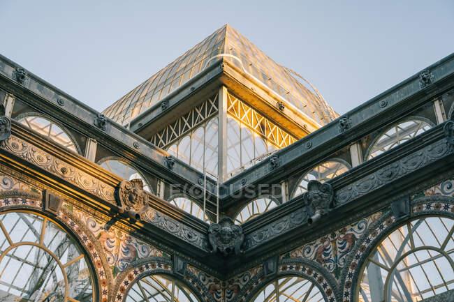 Geometrical ancient castle with glass windows reflecting trees, Palacio de Cristal, Retiro Park, Madrid, Spain — Stock Photo