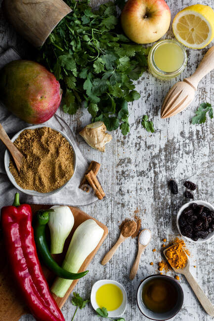 Divers ingrédients pour chutney mangue sur la table — Photo de stock