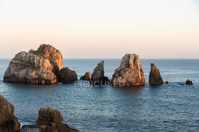 Picturesque scenery of rocks in peaceful sea and skyline in twilight in Costa Brava — Stock Photo