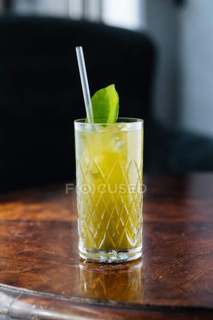 Leckere gekühlte Limonade mit Minze und Stroh auf dem Tisch im Sonnenlicht — Stockfoto