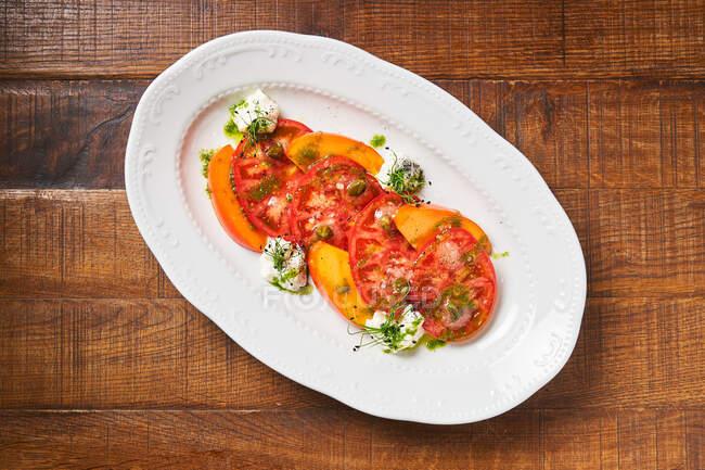 Insalata perfetta con pomodori per spuntino in ristorante — Foto stock