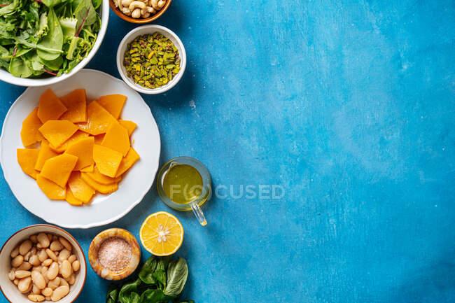 Divers ingrédients pour un plat végétalien sain — Photo de stock