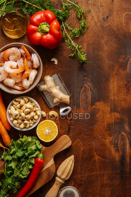 Fresh ingredients for shrimp dish — Stock Photo