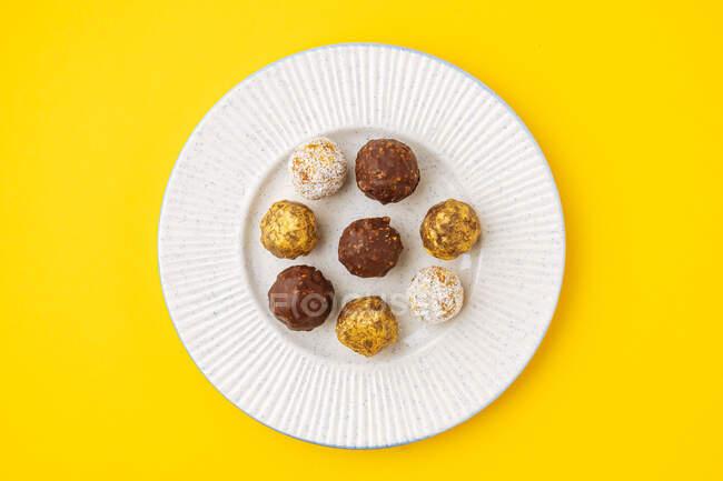 Boules de noix avec divers glaçage — Photo de stock