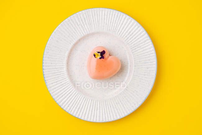 Кухня в форме сердца, украшенная цветами — стоковое фото
