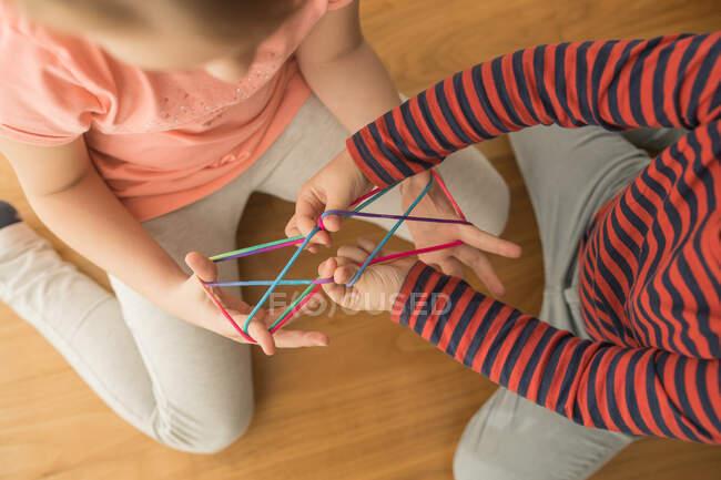 Intelligente Kinder mit Gummibändern für Spiel — Stockfoto