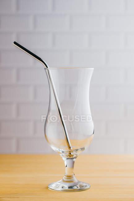 Paglia eco sostenibile in acciaio lucido in vetro vuoto sul tavolo in legno — Foto stock