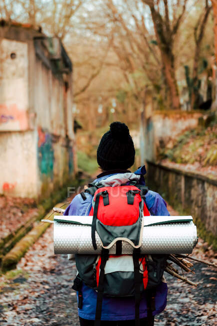 Zaino in spalla irriconoscibile trekking nella foresta autunnale — Foto stock